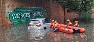 Лондон затопило після рясних злив: під водою вулиці та метро - відео
