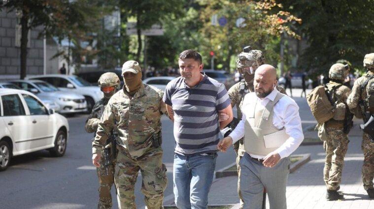 Чоловік, який погрожував підірвати будівлю Кабміну, здався силовикам