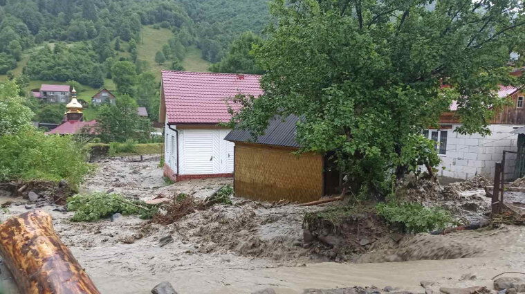 Зливи у Закарпатській області: затопило будинки, розмило дороги - фото