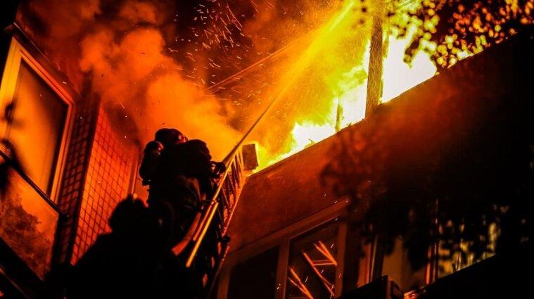 Чотири балкони багатоповерхівки горіли у Києві: загинула жінка