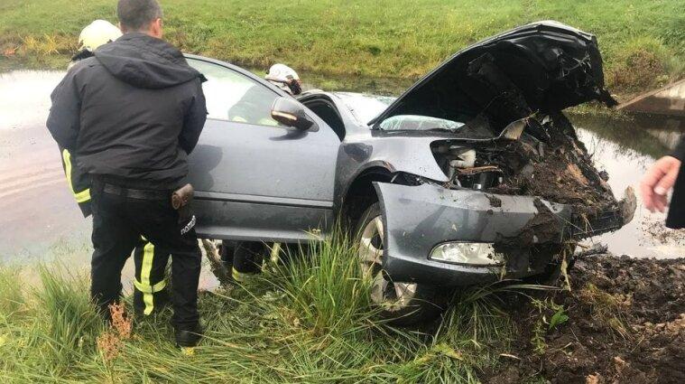 На Черніговщині авто впало в меліоративний канал - є жертви (фото)