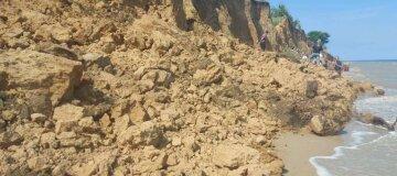 На пляжі в Одеській області стався обвал грунту: рятувальники шукають людей
