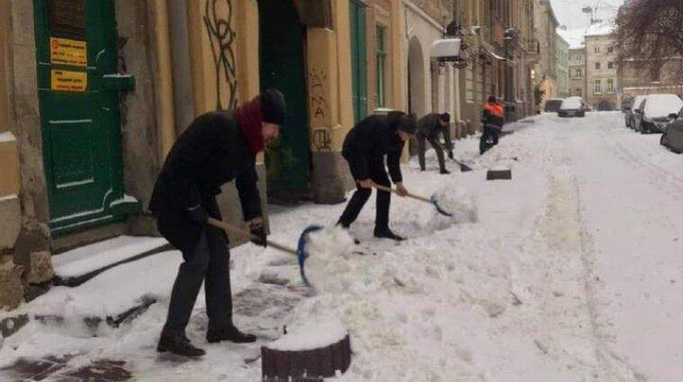 Лопата-челендж від Садового: львівські чиновники розчищатимуть сніг на вулицях