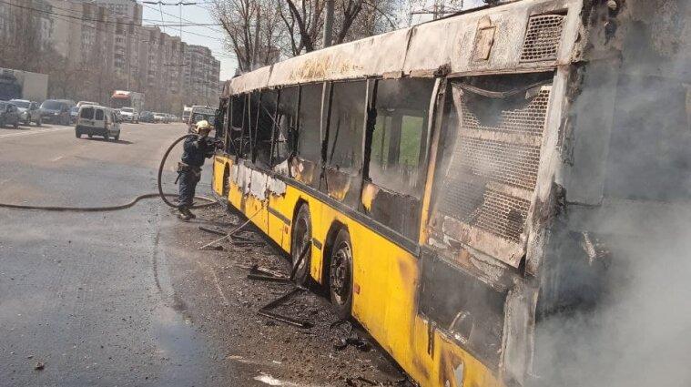 Автобус з пасажирами загорівся під час руху у Києві - фото, відео