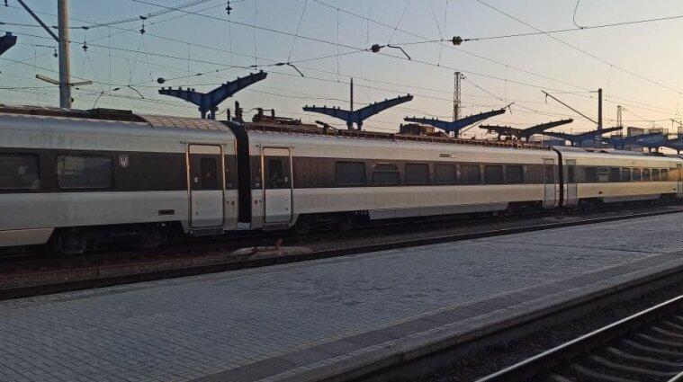 Укрзалізниця обмежила рух потягів на Донбасі через обстріли бойовиків