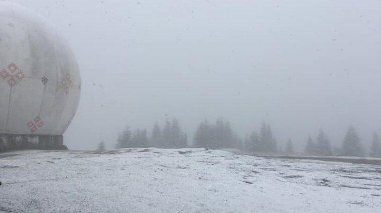 """Біля секретної радіолокаційної станції """"Памір"""" у Карпатах випав сніг - фото"""