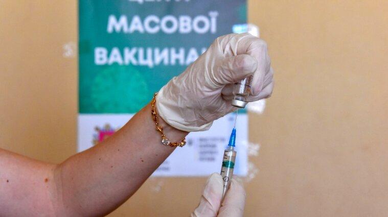 В Киеве открыли запись на прививки вакцинами Pfizer и AstraZeneca