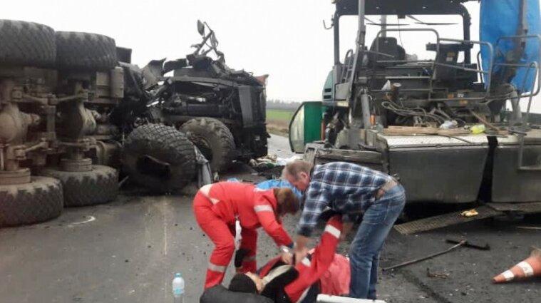 На Кіровоградщині вантажівка влетіла в асфальтоукладчик та розчавила двох людей