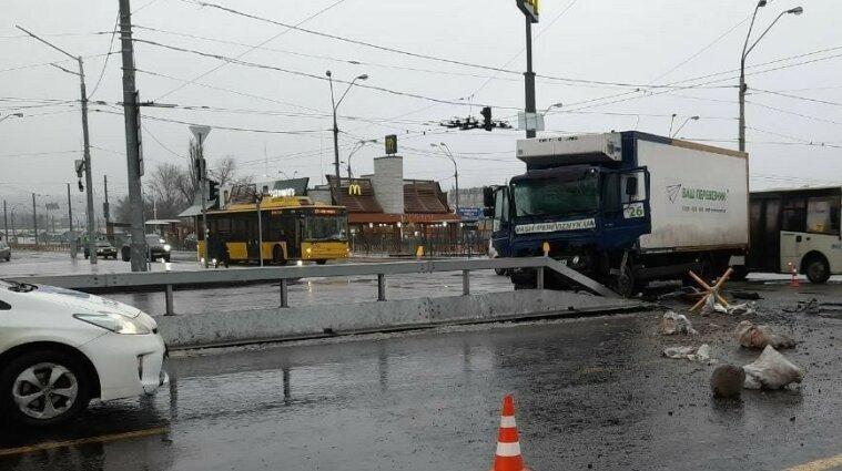 ДТП с пострадавшими в Киеве: столкнулись грузовик и троллейбус - фото