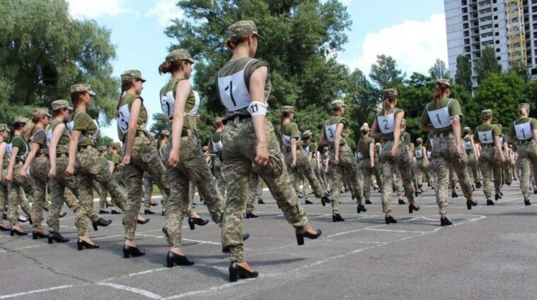 Міноборони закупить нове взуття для військовослужбовиць, які крокуватимуть на параді