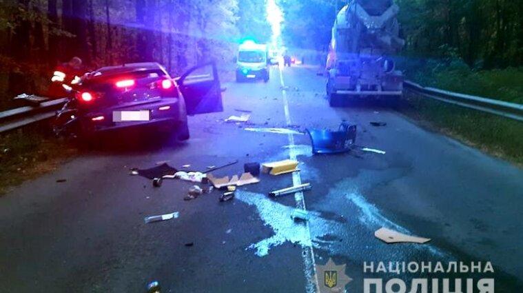 У Києві іномарка вискочила на зустрічну смугу та влетіла у бетонозмішувач: є жертва