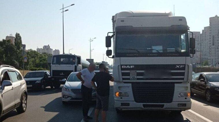 Грузовикам запретили въезжать в Киев