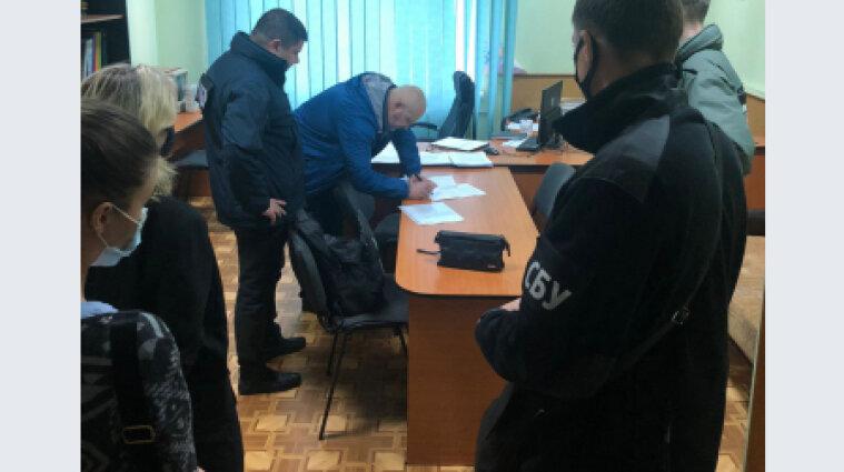На двох митницях в Україні викрили корупційні схеми розмитнення вантажівок
