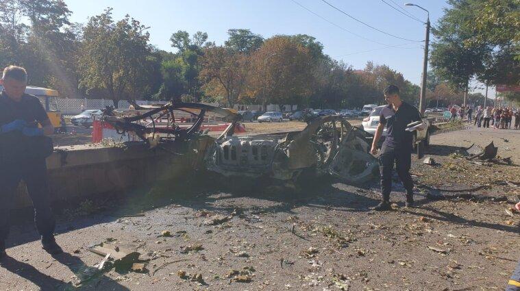 Части человеческих тел разбросало по дороге: в Днепре взорвался автомобиль (фото)