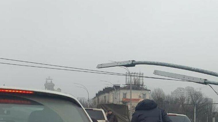 Столбы освещения упали на автомобили в Киеве - видео