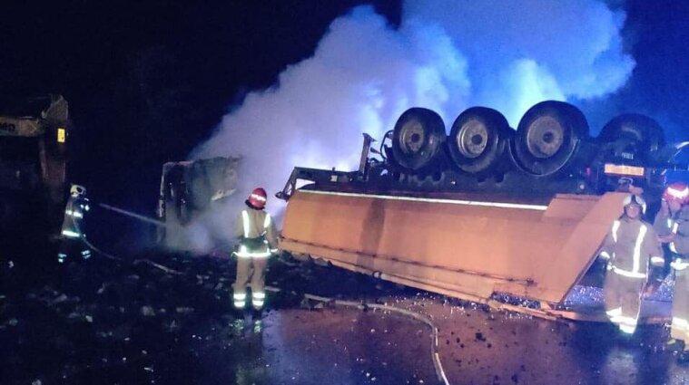На трассе Киев-Харьков перевернулся грузовик: движение полностью заблокировано - фото