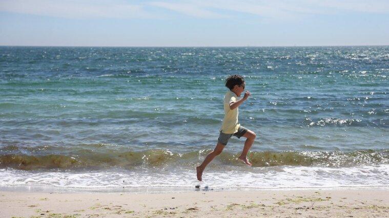 Загубилася на пляжі: 10-річна дівчинка пройшла 7 кілометрів у пошуку рідних