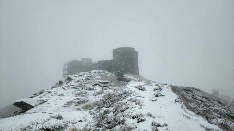 У Карпатах різка зміна погоди: після сонячного дня випав сніг (фото)