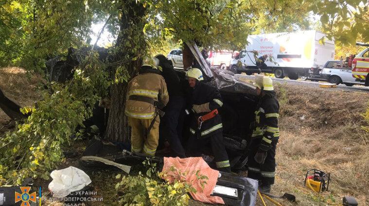 Трех человек зажало в авто после ДТП на трассе Днепр-Никополь - видео