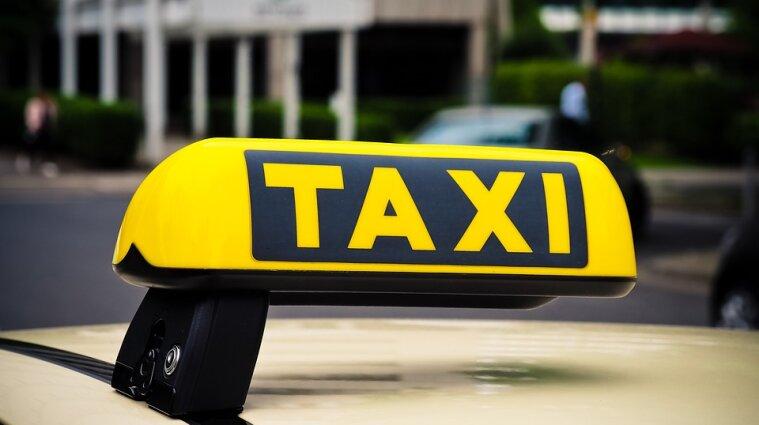 У Києві водій таксі побив клієнтку та викинув її з машини (відео)