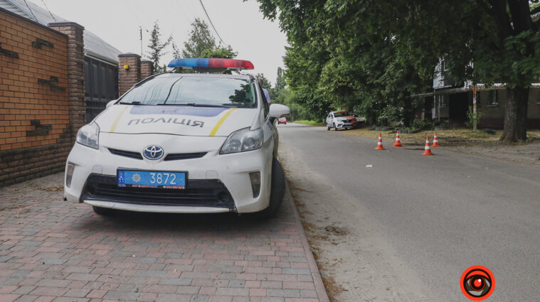 Водитель в Днепре трижды переехал женщину на дороге и скрылся с места аварии - фото, видео