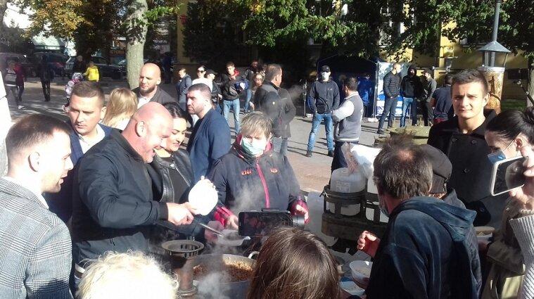 Роздавали кашу та агітували за ОПЗЖ: у Вінниці поліція відкрила кримінальну справу за підкуп виборців