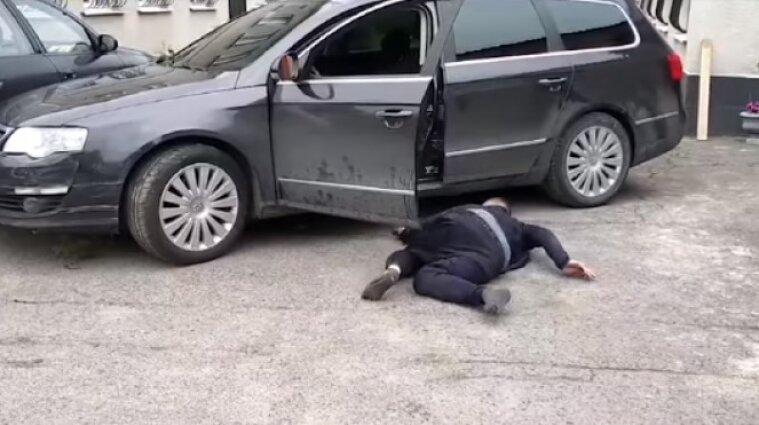 """В Виннице пьяный водитель заполз в машину и хотел ехать """"по делам"""" (видео)"""