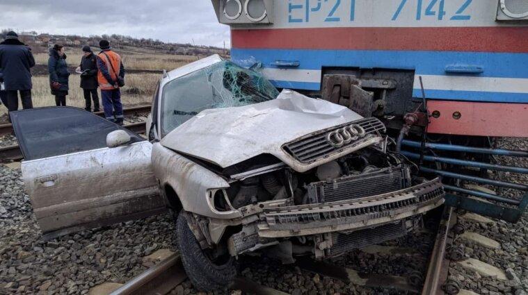 В Донецкой области легковой автомобиль столкнулся с поездом