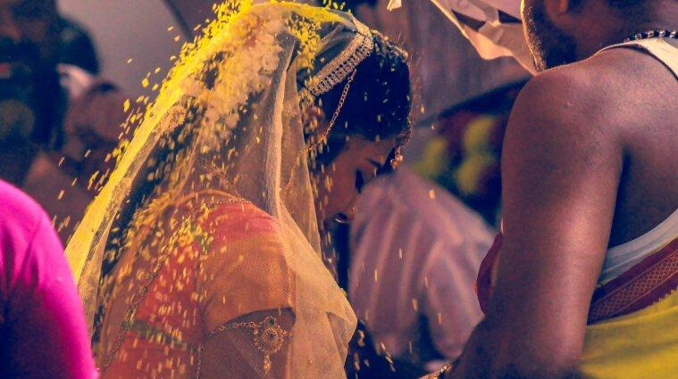 В Індії наречена померла на своєму весіллі, а замість неї заміж віддали молодшу сестру