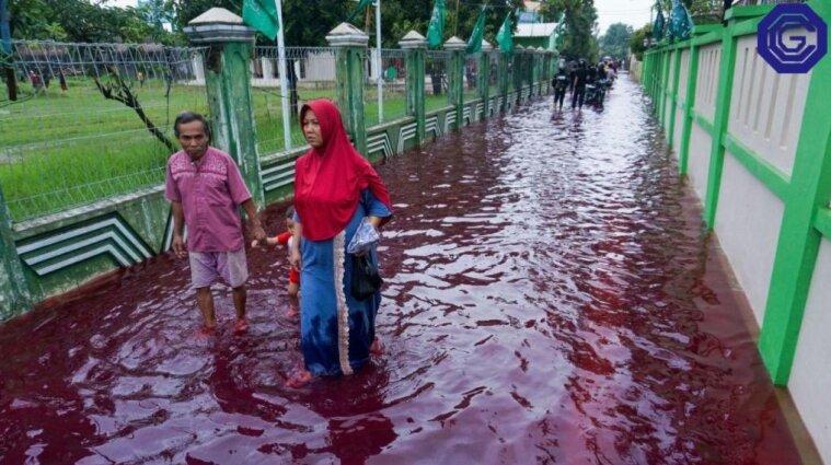 Селище в Індонезії затопило водою червоного кольору - відео