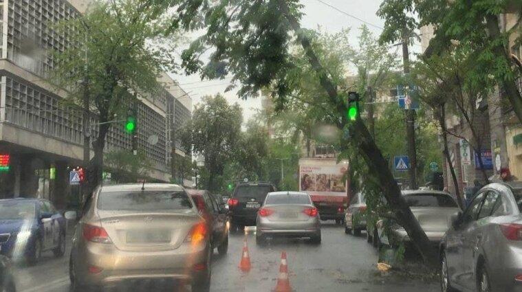 Київ через негоду стоїть у заторах, а транспорт курсує із запізненням