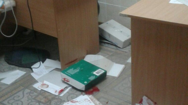 Мужчина избил врача и медсестру в больнице, куда попал после ДТП