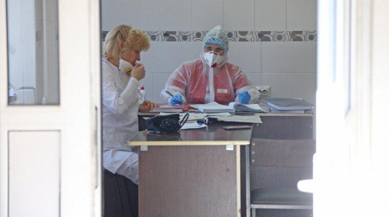 В больнице под Днепром мужчина напал на медиков и побил оборудование - видео