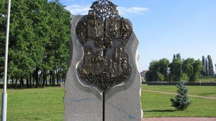 Памятник  дружбы с Москвой снесли в Киеве