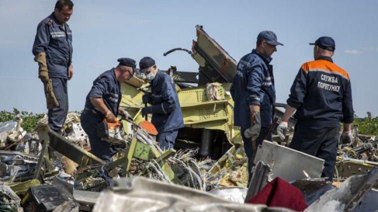 """Авиакатастрофа MH17 - из тел погибших извлекли металлические части ракеты """"БУК"""""""