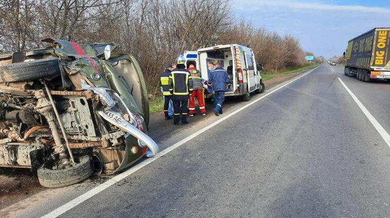 У Рівненській області перекинулась швидка допомога, яка їхала на місце ДТП