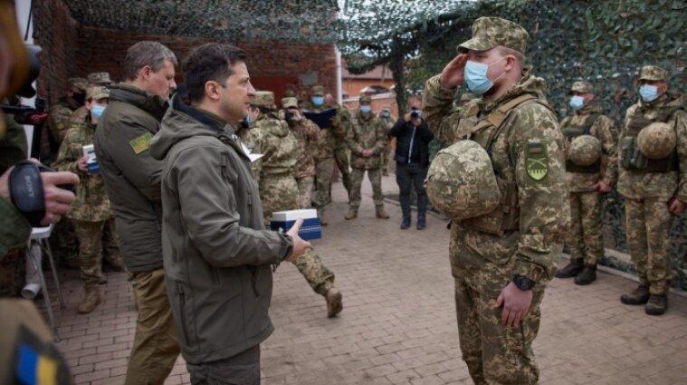 Зеленский вручил подарки украинским бойцам на Донбассе