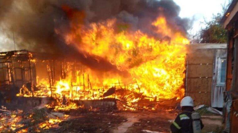 База відпочинку горіла у Затоці: вогонь знищив чотири будинки