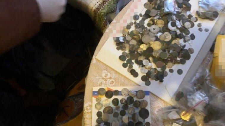 На Хмельниччині хотіли вивезти за кордон старовинні монети на мільйон гривень