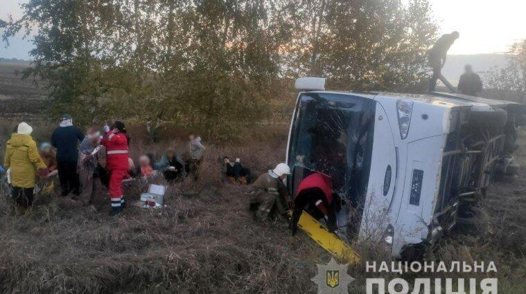 На Полтавщині автобус з пасажирами злетів з дороги та перекинувся: є постраждалі