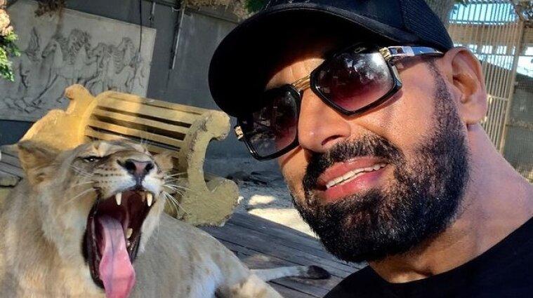 Харьковский депутат прогуливал льва в машине - видео