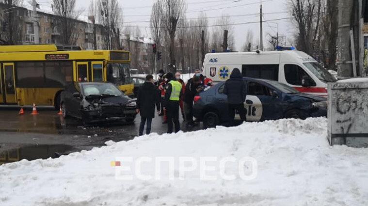 У Києві таксі протаранило автомобіль, у якому була дитина - фото