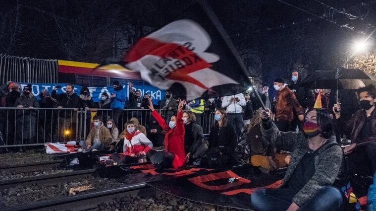 Польща заборонила аборти: чим це вигідно Україні