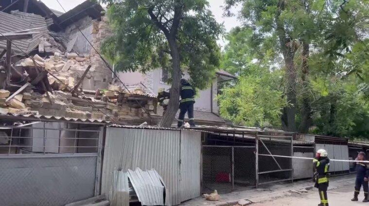 В Одесі обвалився будинок та пошкодив припарковані автівки - відео