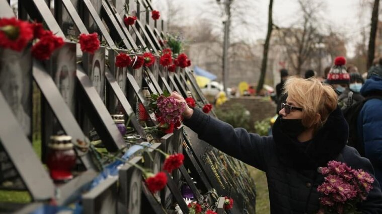 Сегодня украинцы почтили память Героев Небесной Сотни