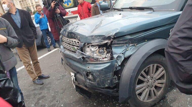 На Хрещатику у Києві авто протаранило зупинку: двоє загиблих та кілька поранених