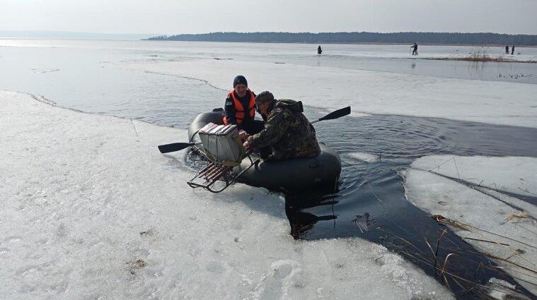 Под Киевом шесть рыбаков дрейфовали на отколовшейся льдине - видео