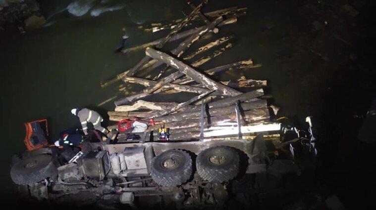 В Ивано-Франковской области грузовик упал с моста: погибли два человека