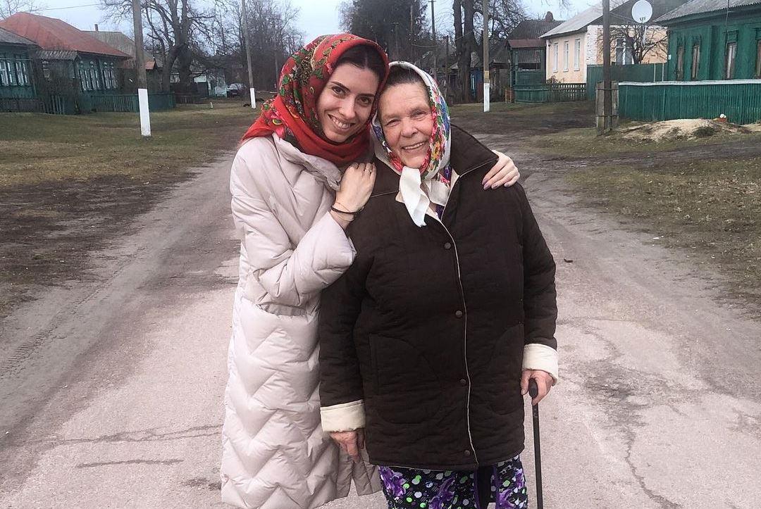 Марія Мезенцева з бабусею