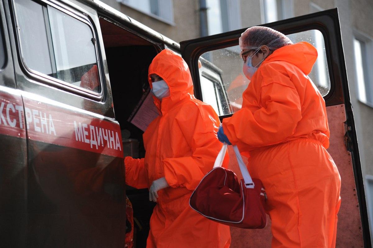 Скорая медицинская помощь, врачи в защитных костюмах, коронавирус